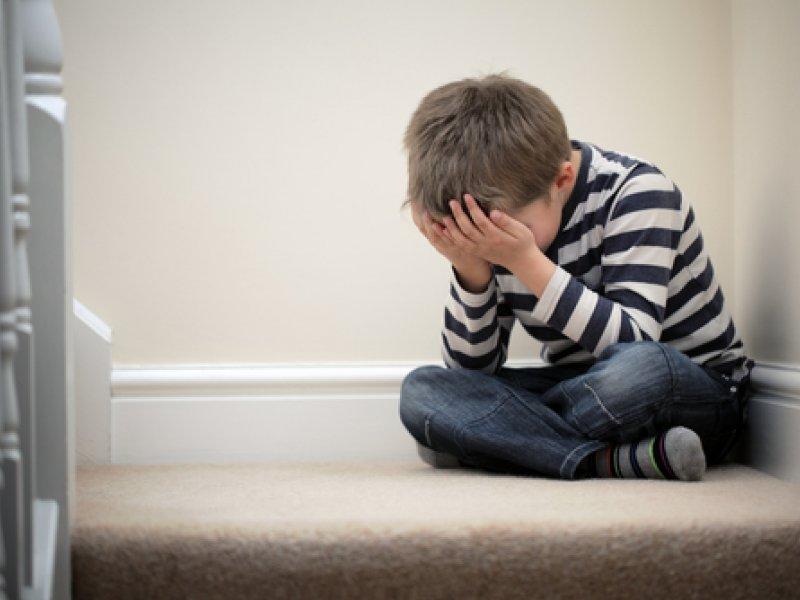 Почему ребенок бьет себя по голове и как вести себя при этом взрослым?