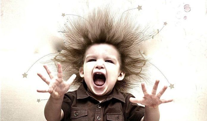 Ребенок бьет себя по голове: как реагировать родителям?