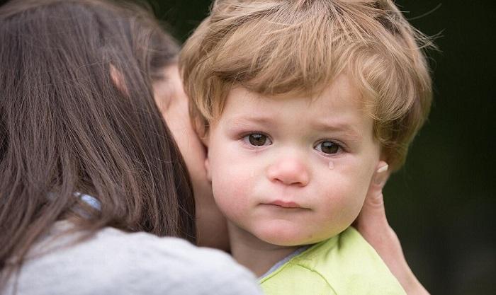 Почему ребенок боится незнакомых людей