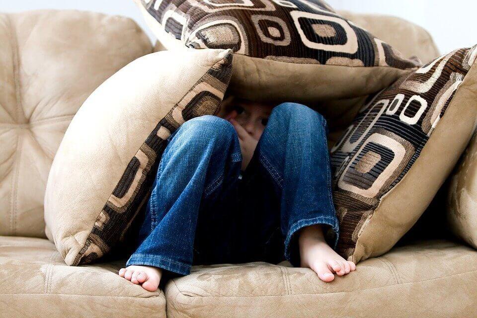 Ребенок боится чужих людей: что делать
