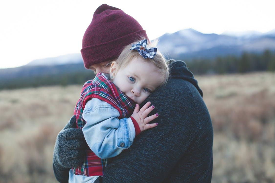 Ребенок испугался чужого человека: что делать и как реагировать