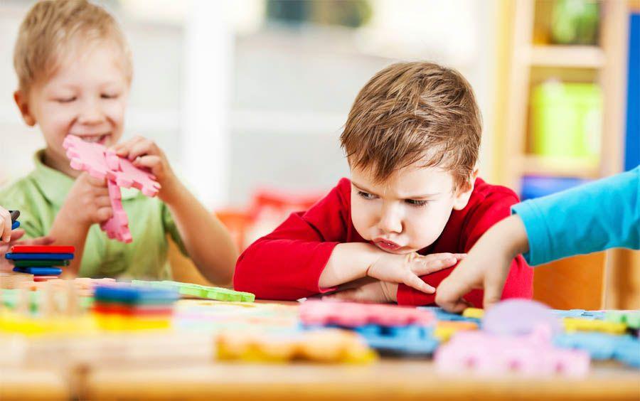 ребенок не умеет общаться со сверстниками