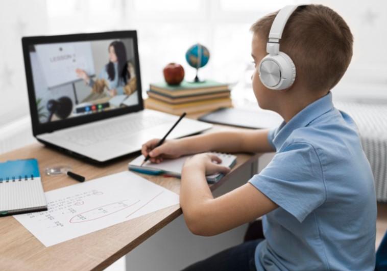 Ребенок учится с помощью Интернета