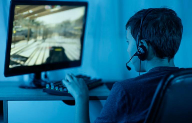 Ребенок играет на компьютере